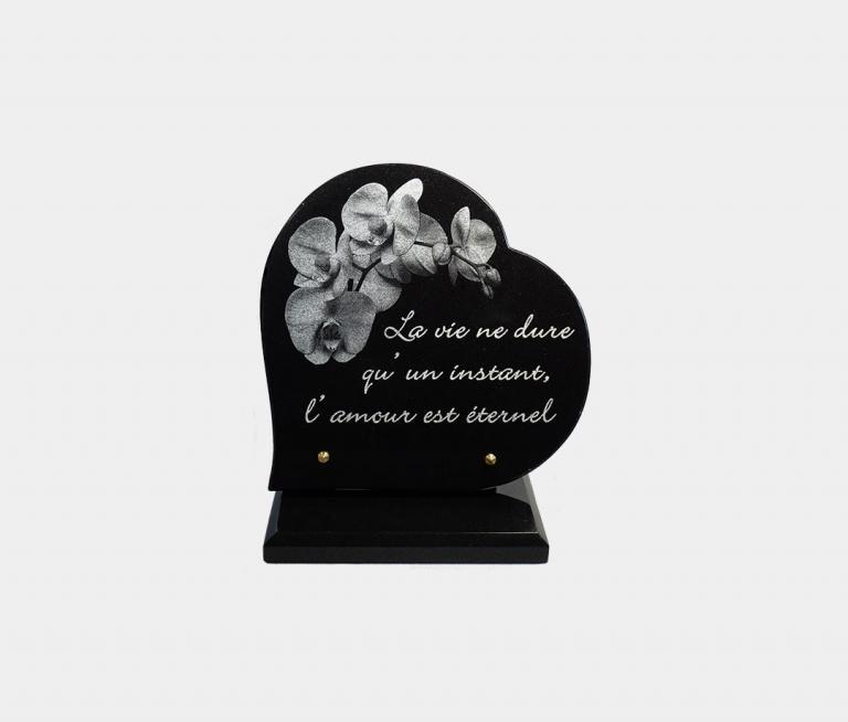 plaque funéraire moderne forme cœur illustrée d'une gravure d'orchidée et pensée