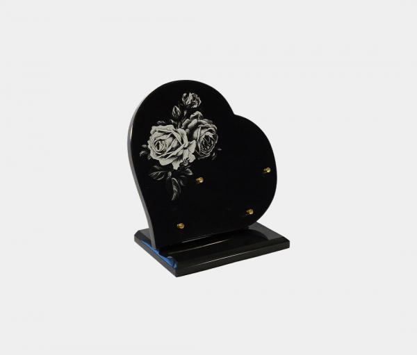 plaque funéraire moderne forme cœur illustrée d'une gravure de roses