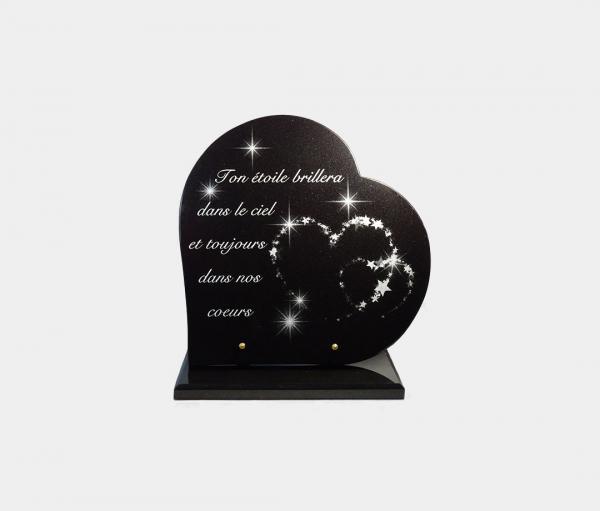 plaque funéraire moderne forme cœur illustrée d'une gravure d'étoiles scintillantes