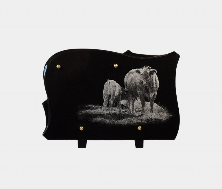 plaque funéraire moderne illustrée d'une gravure de vaches