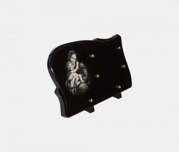 plaque funéraire moderne illustrée d'une gravure de la vierge à l'enfant