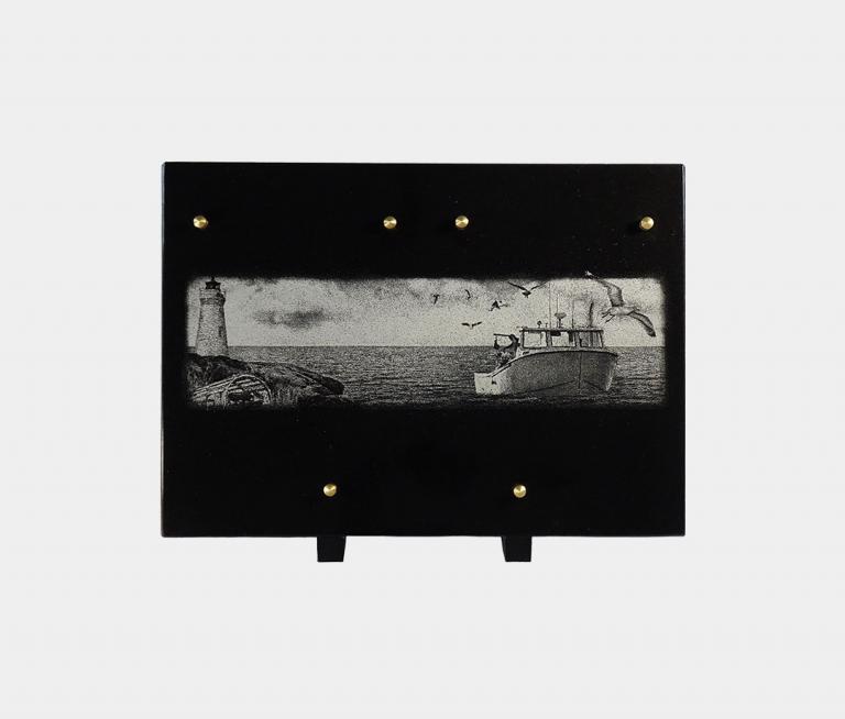 plaque funéraire moderne illustrée d'une gravure de bateau de plaisance