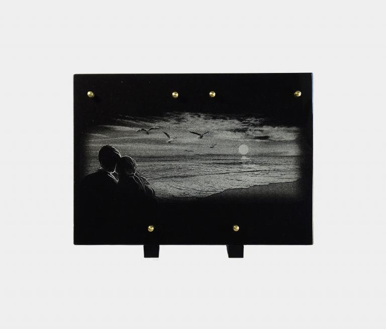 plaque funéraire moderne illustrée d'une gravure de paysage de bord de mer