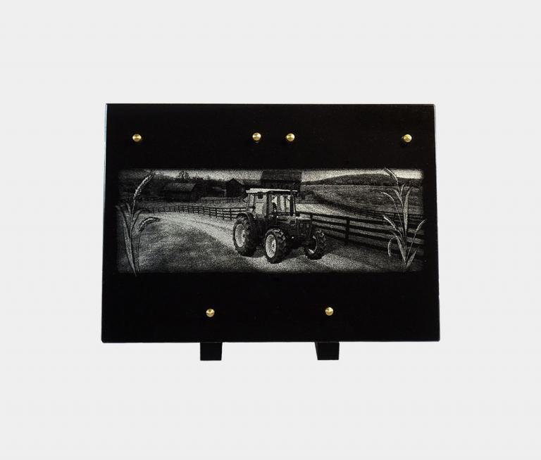 plaque funéraire moderne illustrée d'une gravure d'un tracteur