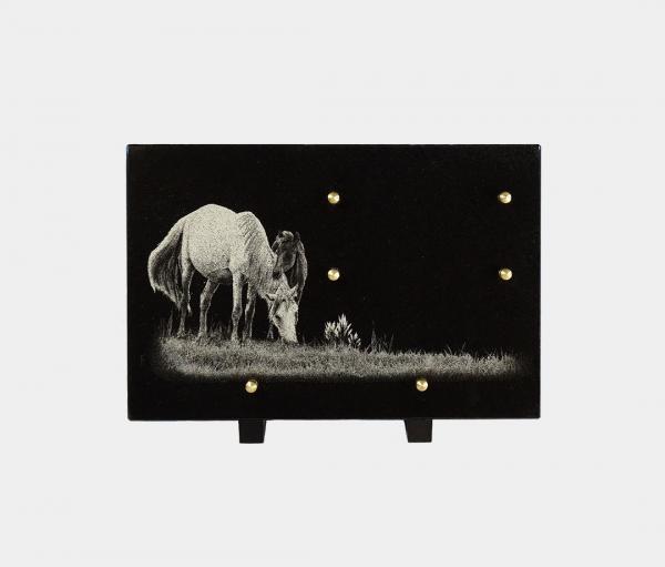 plaque funéraire moderne illustrée d'une gravure de chevaux