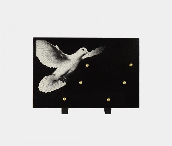 plaque funéraire moderne illustrée d'une gravure d'une colombe