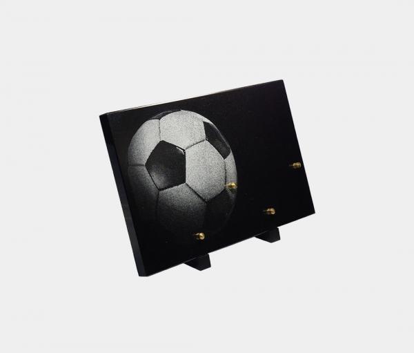 plaque funéraire moderne illustrée d'une gravure d'un ballon de foot
