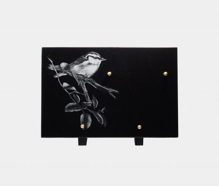 plaque funéraire moderne illustrée d'une gravure d'un oiseau sur sa branche