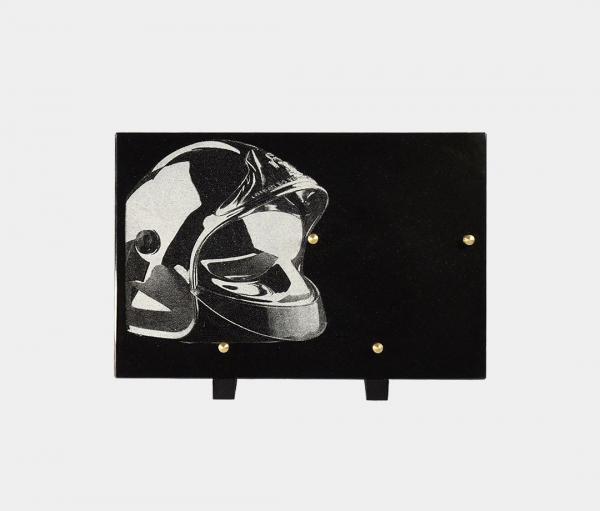 plaque funéraire moderne illustrée d'une gravure de casque de pompier