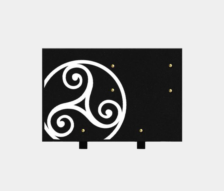 plaque funéraire moderne illustrée d'une gravure d'un triskell, thème bretagne